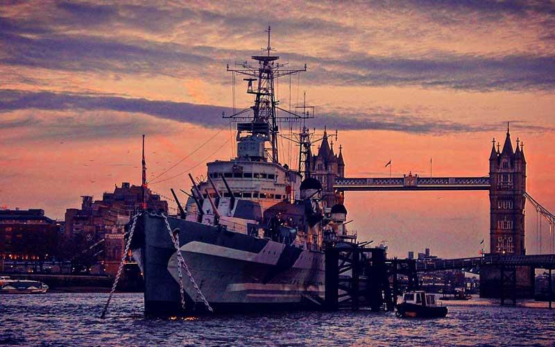 HMS Belfast på Themsen i solnedgång