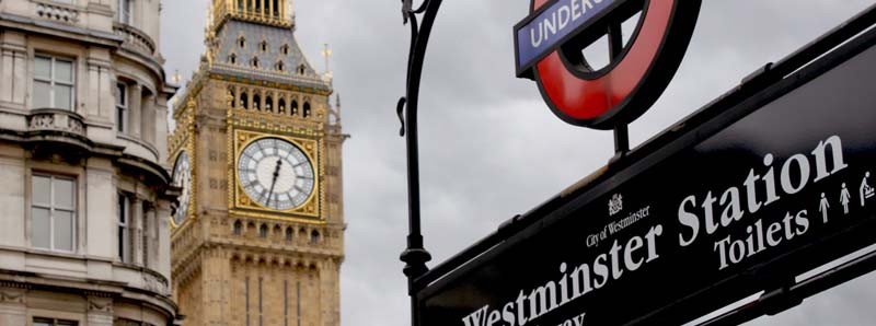 Westminster Station i London (BIg Ben i bakgrunden)